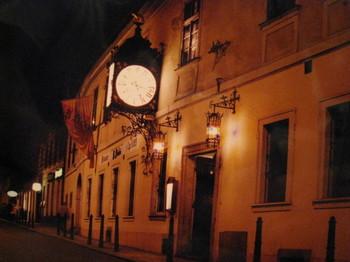 大きな時計が目印のビアホール
