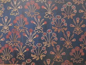 紺のサージ地にモリスの妻、ジェインが刺繍を加えたもの。