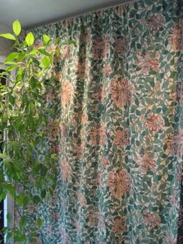 ウィリアム・モリスのハニーサックルは室内をオープンガーデンに変えてしまいます。