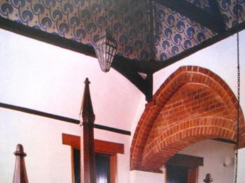 レッドハウスの天井には個性的なディステンバーの模様が
