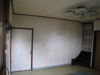 白い壁は明るいと思いがちですが、実際には数年足らずで気付かないうちにこんなにすすけてしまいます。
