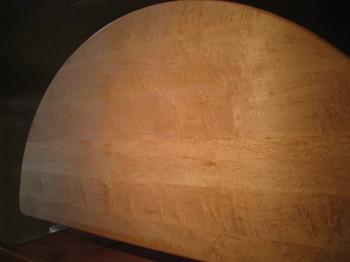 バーズアイ・メイプルを贅沢にも無垢材で使用しています。月のクレーターのように美しいです。