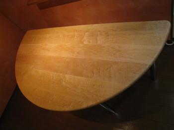バーズアイ・メイプルの無垢材テーブルを、ダイニングテーブルとしてオーダーメイドしました。