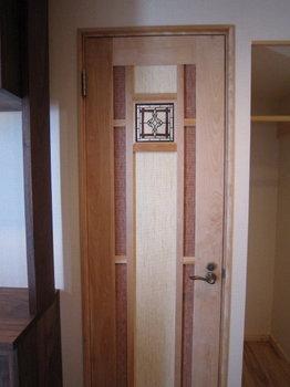 ステンドグラスを入れた、カバ無垢材のトイレドア