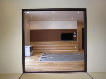 和室からリビングルームを見る光景