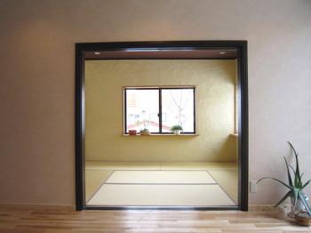 リビングルームから和室を眺める